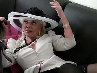 Irma une vielle bourgeoise bais�_e par 2 mecs