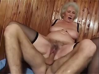 Geile und behaarte reife Dame hat Hook-up mit einem jungen Mann