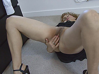 Older woman Naomi Xxx is masturbating her vag