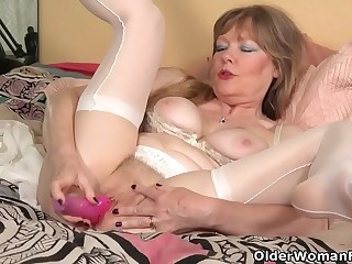 USA gilf Lilli toys her pussy in lingerie